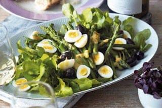 Waterkerssalade met asperges en kwartelei - paasgerecht
