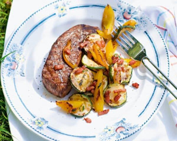 Gegrilde biefstuk met courgette en spekjes