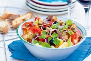 Vega: Italiaanse salade met tomaat en brood