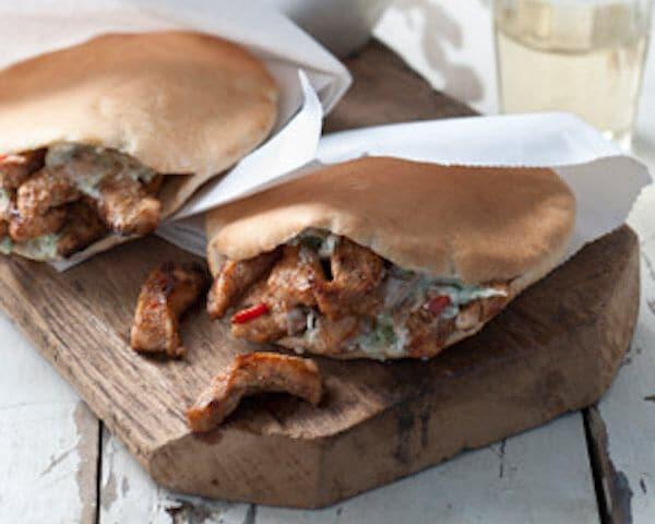 Spicy chicken op pitabrood