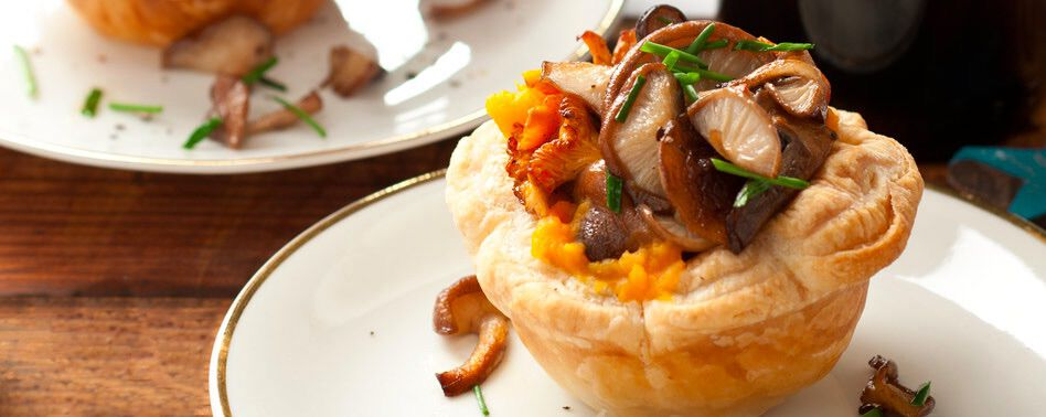 Krokant taartje van paddenstoelen gevuld met pompoencrème