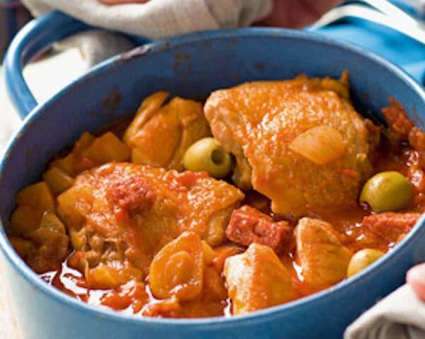 Stoofschotel van kip, chorizo en olijven