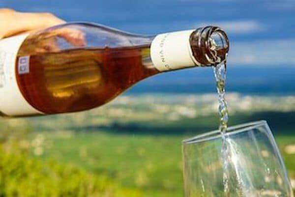 vegan wijn in glas geschonken