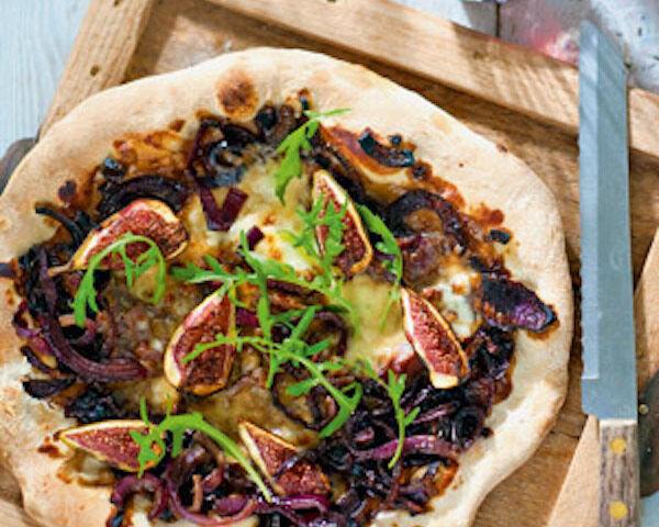 Pizza met mozzarella, rode ui en vijg