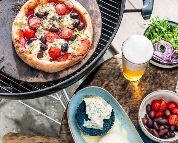 Vega: BBQ-pizza met rode ui, olijven en blauwe kaas
