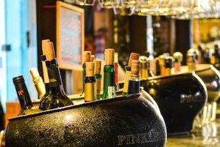 Flessen wijn op de bar