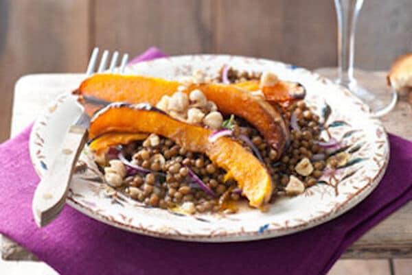 Vegan: Linzensalade met geroosterde pompoen en hazelnoten